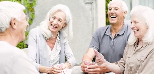 Groupe de seniors heureux