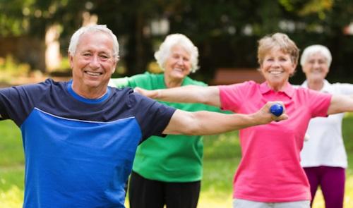 Seniors qui font du sport en groupe