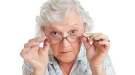 Mamie avec des lunettes
