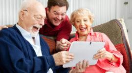 Des seniors avec une tablette