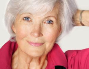 Senior aux cheveux blancs