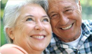 Un couple de seniors amoureux