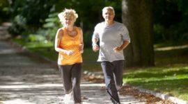 Seniors qui font du footing dans un parc