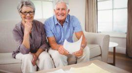 Couple de seniors faisant des papiers