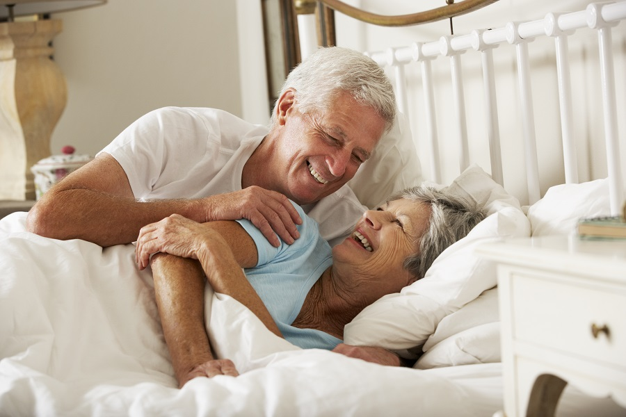 Couple de seniors dans un lit