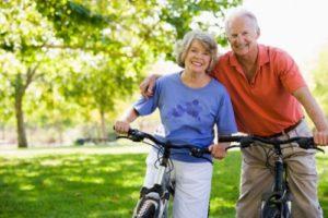 Couple de seniors à vélo