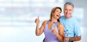 Seniors qui font du sport en couple