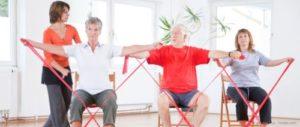 Seniors faisant un exercice sportif