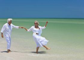 Couple de seniors sur une plage